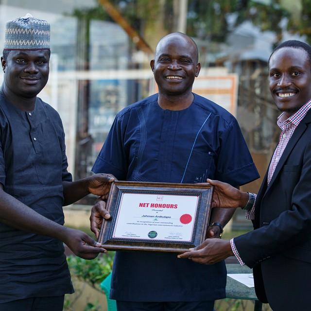 Jahman receiving his award in Lagos with Chris Ihidero (L) and Tolu Ogunlesi(R)
